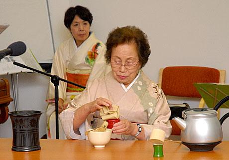 A natsume (teatartó) tisztítása (Fotó: MsTea)