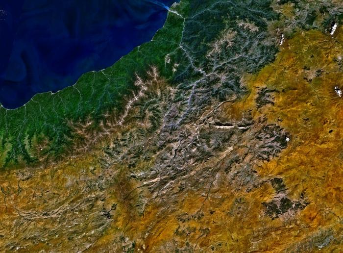 A Fekete-tenger, török teaültetvények és a Kaçkar-hegy (Fotó: NASA, WorldWind)