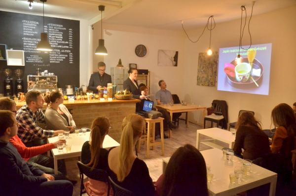 Japán tea előadás a Pécsi Kávé-ban (Fotó: KNA)